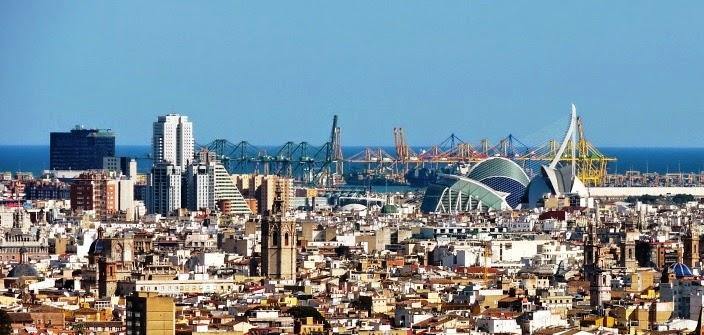 El Miguelete y el skyline de Valencia